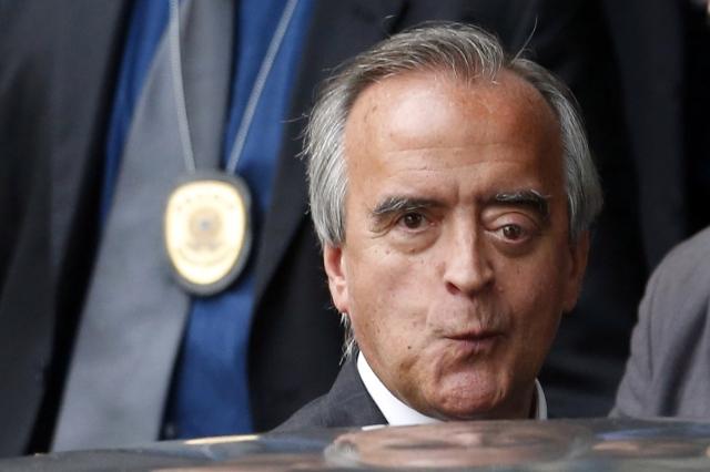 ADSA146   BSB -  02/12/2014  -  CPMI PETROBRÁS / ACAREAÇÃO -  POLITICA - Nestor Cerveró saindo após a  CPI Mista da Petrobras reunida para fazer a acareação entre os ex-diretores da Petrobras Paulo Roberto Costa e Nestor Cerveró, no Senado Federal,  em Brasilia.  FOTO: ANDRE DUSEK/ESTADAO